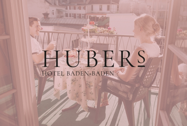 <strong>Das HUBERs Hotel in Baden-Baden.<span><b>Ein tolles Projekt über Familiengeschichte, Wurzeln, Weiterentwicklung und viel Mut.</b></span></strong><i>→</i>